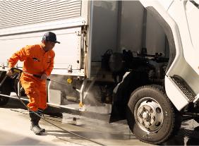 タイヤを洗車する人