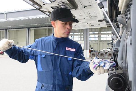 白いトラックと作業員