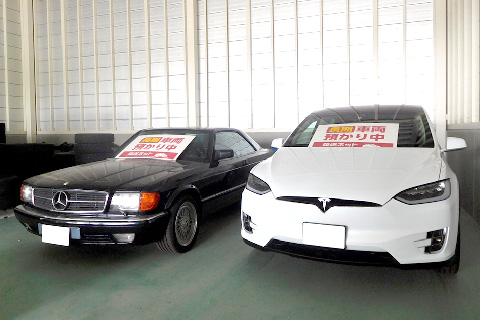 並んだ黒い車と白い車